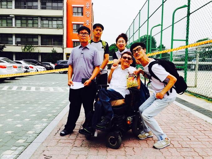 검시장인 용강중학교 앞에서 교사, 학생 기념 사진
